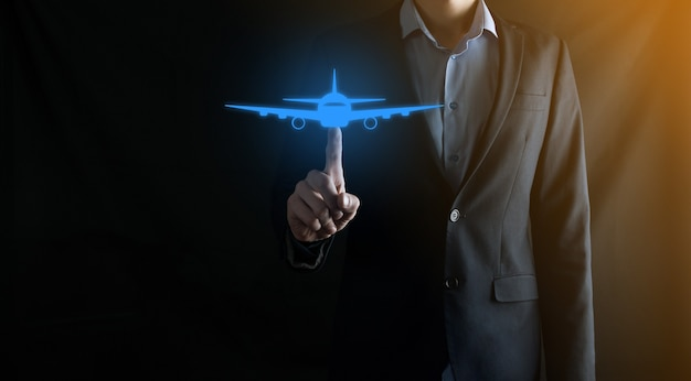 Бизнесмен, держа в руках значок самолета.