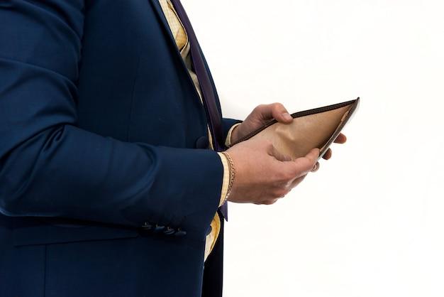 空の財布を持っているビジネスマン