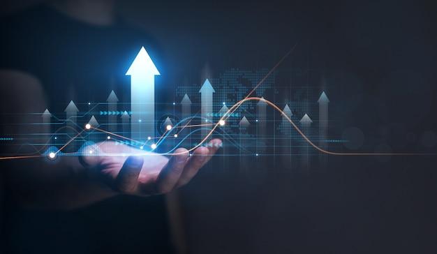 Бизнесмен, держащий стрелку вверх с графиком бизнес-анализа финансовый план и стратегия развития бизнеса