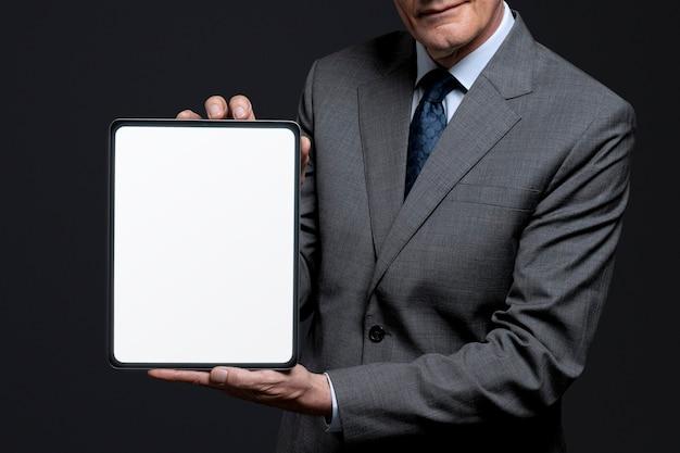 디자인 공간을 가진 빈 태블릿을 들고 사업