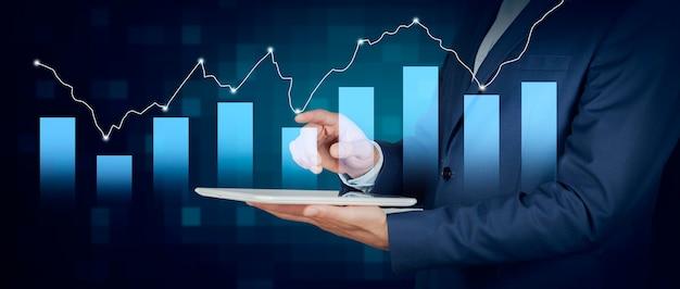태블릿 비즈니스 그래프를 들고 사업