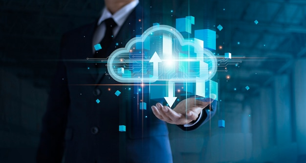 クラウドコンピューティングを保持しているビジネスマンがビッグデータ分析に接続ブロックチェーンネットワークテクノロジー