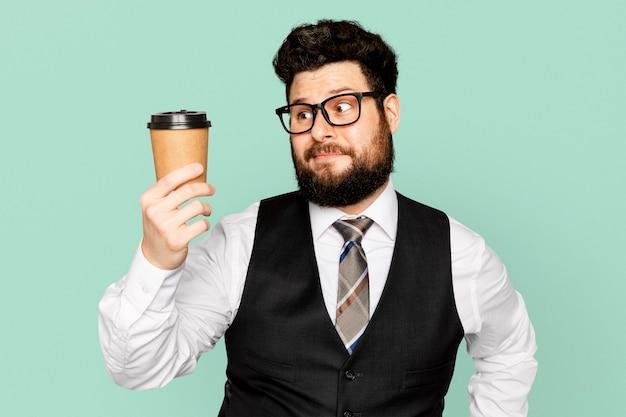 コーヒーカップを保持しているビジネスマン