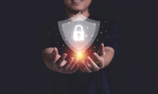 사이버 보안 및 정보 기술 네트워크 시스템 보호를 들고 있는 사업가.