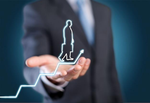 Бизнесмен, держащий цифровой светящийся граф с силуэтом