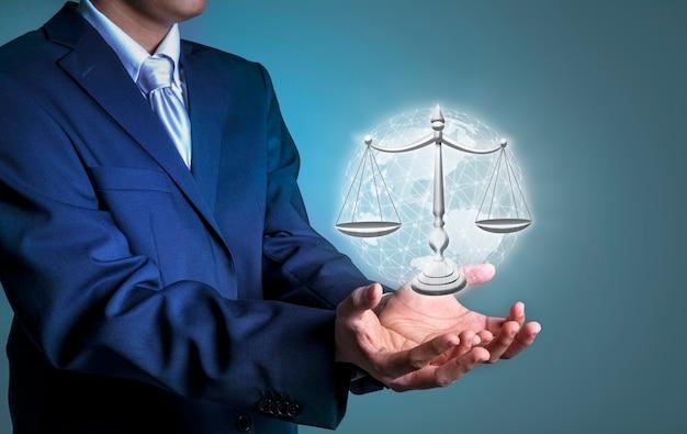 正義のスケール法と正義の概念のデジタル画像を保持しているビジネスマン