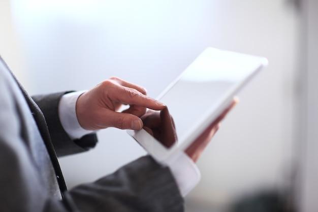 デジタルタブレットを保持しているビジネスマン