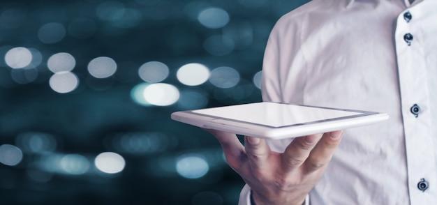 デジタル タブレットを保持しているビジネスマン
