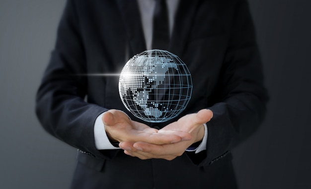 デジタル世界地図を手に持ったビジネスマン