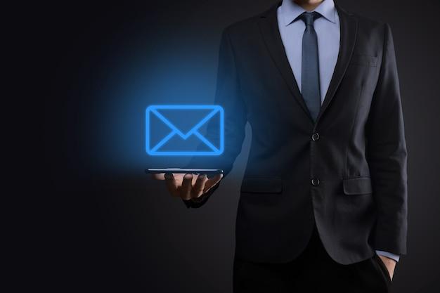 電子メールアイコンを保持しているビジネスマン