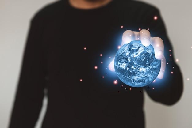 地球惑星環境の概念を保持しているビジネスマンnasaによって提供されたこの画像の要素