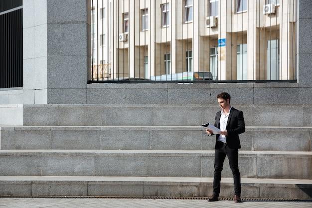 Бизнесмен держит папку