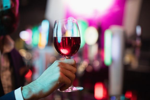ワインのガラスを保持している実業家