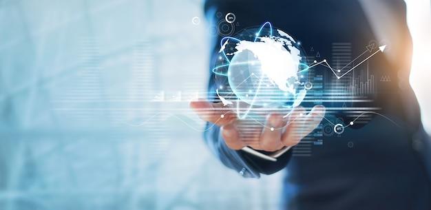 グローバルネットワーク接続とデータ交換ビジネスネットワーク通信を保持しているビジネスマン