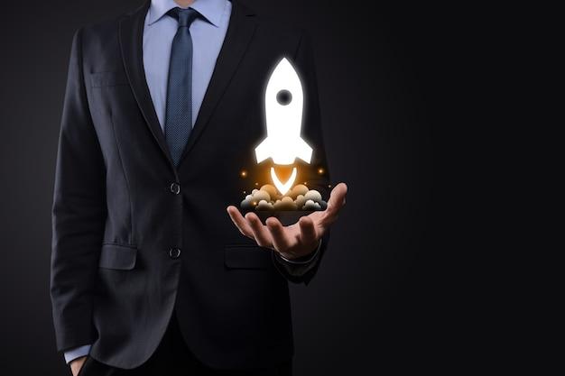 Бизнесмен, держащий золотой значок ракеты