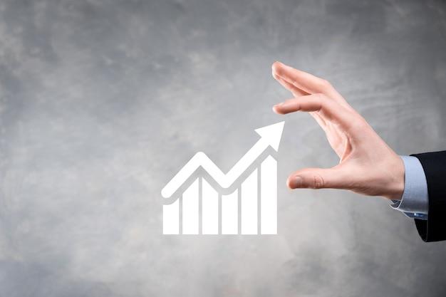 Бизнесмен, холдинг рост графика и увеличение положительных показателей диаграммы в своем бизнесе. инвестиции вверх концепции. анализ данных продаж и экономики, стратегии и планирования, цифровых и фондовых рынков