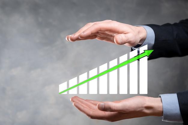 그래프 성장과 그의 비즈니스에서 차트 긍정적 인 지표의 증가를 유지하는 사업가. 판매 데이터 및 경제, 전략 및 계획을 분석하는 concept.analyzing 투자