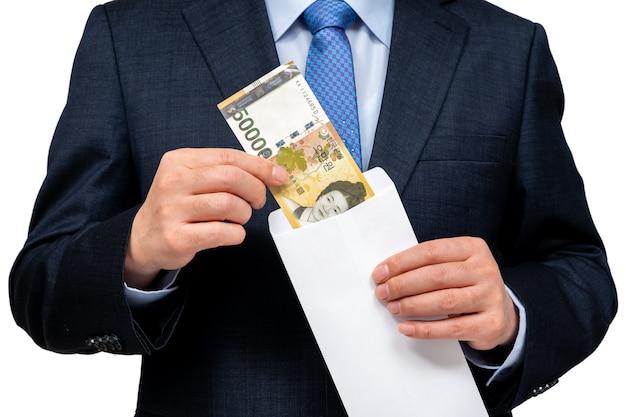 手に韓国通貨を保持しているビジネスマン。