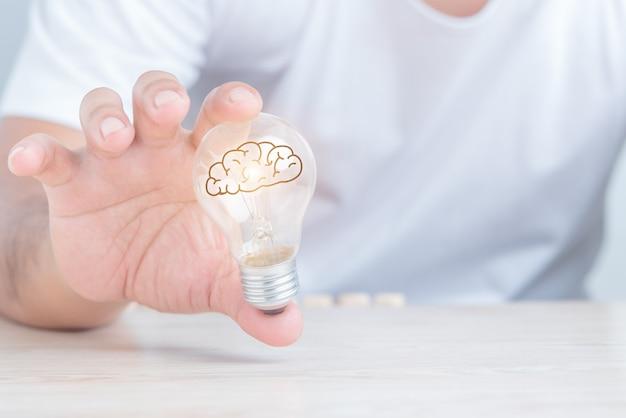 전구를 들고 있는 사업가, 창의적인 새로운 아이디어, 밝은 아이디어, 솔루션 개념.