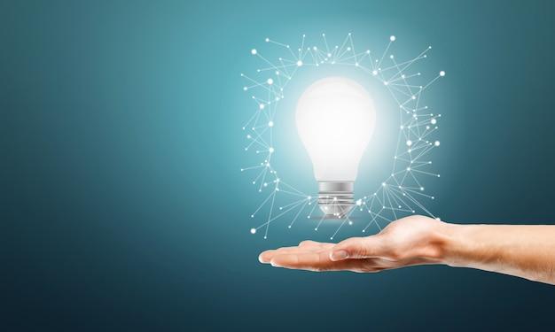 Бизнесмен, держащий лампочку. идея концепции
