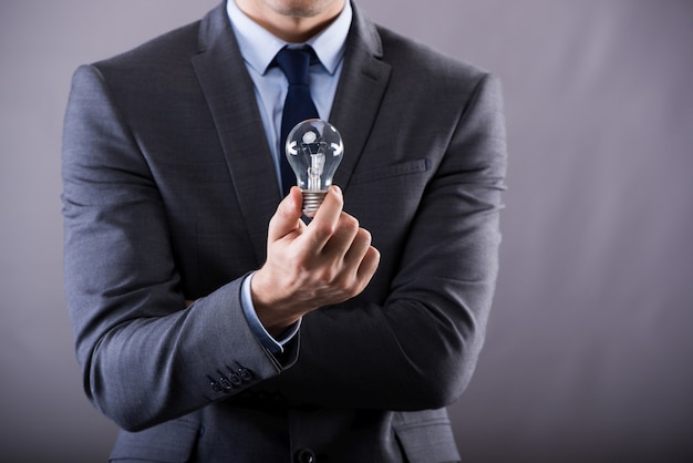 電球を保持している実業家