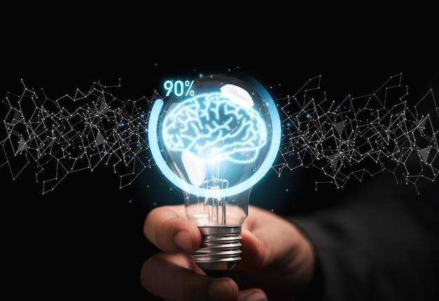 가상 두뇌가 있는 전구를 들고 창의적인 사고 솔루션과 스마트 문제 해결 개념을 위한 아이콘 진행률을 다운로드하는 사업가입니다.