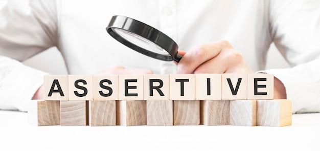 사업가 지주 돋보기. assertive 텍스트와 나무 조각에 사업가 시계. 금융 시장. 융자