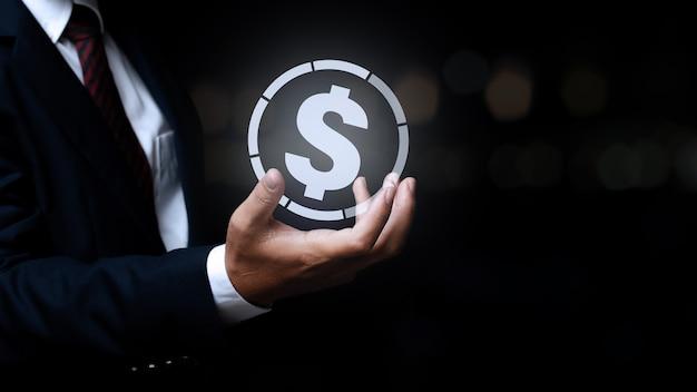 Бизнесмен, держа значок валюты деньги. понятие о глобальных финансах.