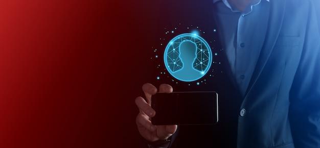사용자 남자, 여자 낮은 폴리 다각형 스타일의 손 아이콘을 들고 사업가. 인터넷 아이콘 인터페이스 전경. 글로벌 네트워크 미디어 개념입니다.