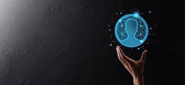 Бизнесмен, держа под рукой значок пользователя мужчины, женщины в стиле низкого многоугольника. передний план интерфейса значков интернета. концепция средств массовой информации глобальной сети.