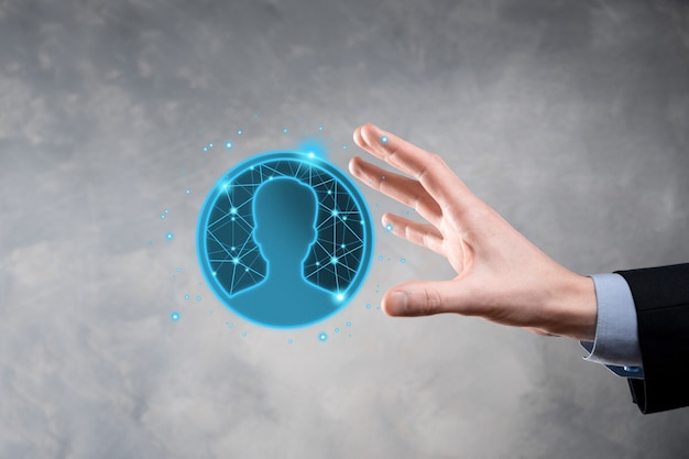 ユーザーの男性、女性の低ポリゴンポリゴンスタイルのアイコンを手に持っているビジネスマン。インターネットアイコンはフォアグラウンドにインターフェイスします。グローバルネットワークメディアの概念。