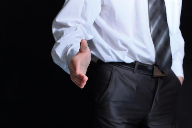 握手のために手を差し伸べるビジネスマン