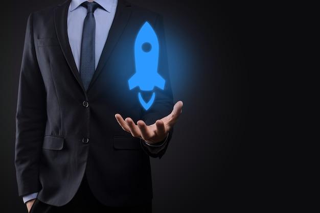 Бизнесмен, держащий значок ракеты