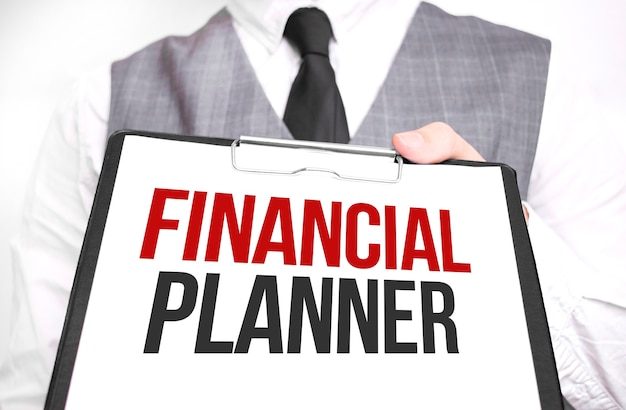 Бизнесмен, держа лист бумаги с сообщением финансовый планирователь