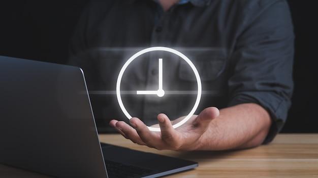 기호 시계를 들고 사업가입니다. 시간 절약의 개념입니다.