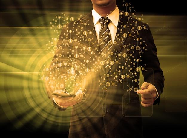 Бизнесмен, держа смартфон технологии и социальные медиа