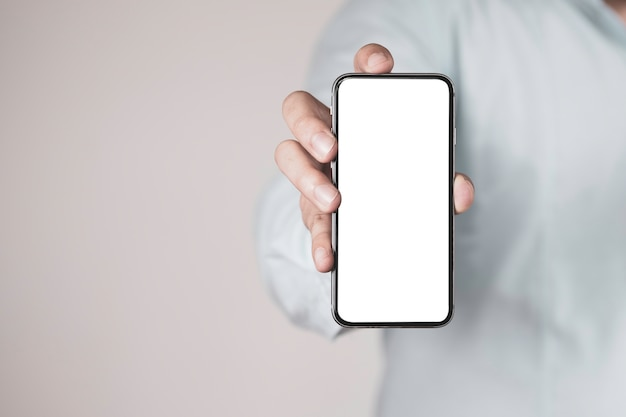 空白の画面でスマートフォンを保持しているビジネスマン