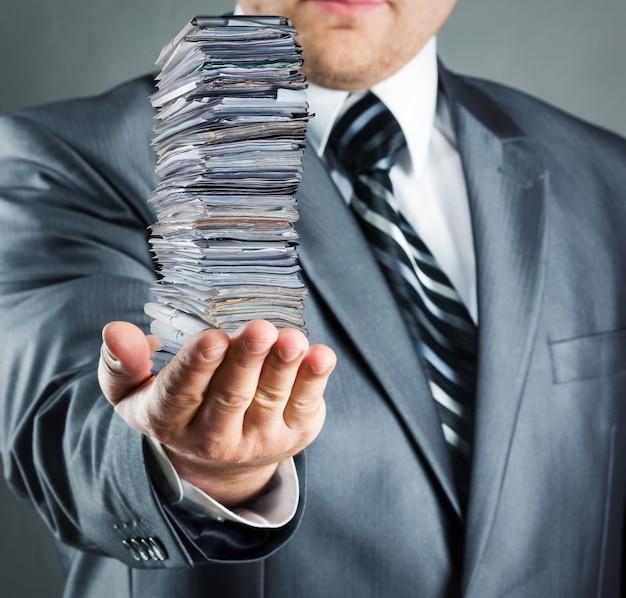 Бизнесмен, холдинг стопку документов