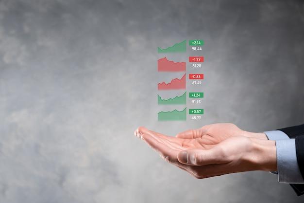 販売データと経済成長グラフチャートを分析するタブレットを保持しているビジネスマン