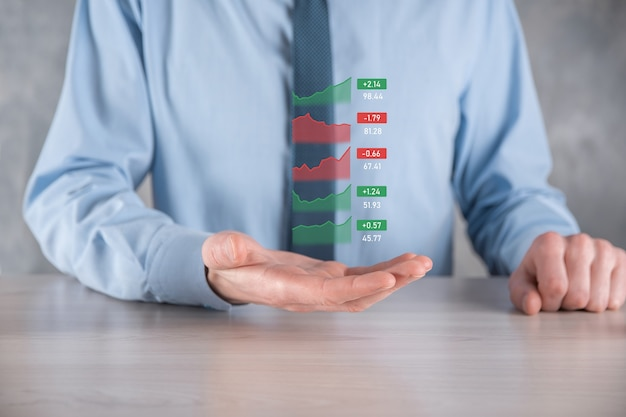 Бизнесмен держит планшет и анализирует фондовый рынок, обмен валют и банковское дело, показывая растущую виртуальную голограмму статистики, графика и диаграммы, концепции роста бизнеса, планирования и стратегии