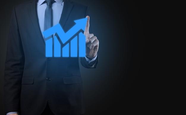 Бизнесмен держит планшет и показывает растущую виртуальную голограмму статистики, графика и диаграммы со стрелкой вверх