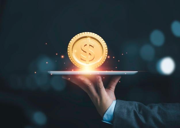송금 및 인터넷 뱅킹 개념을 위한 황금 미국 달러 동전의 삽화와 함께 태블릿을 들고 있는 사업가.