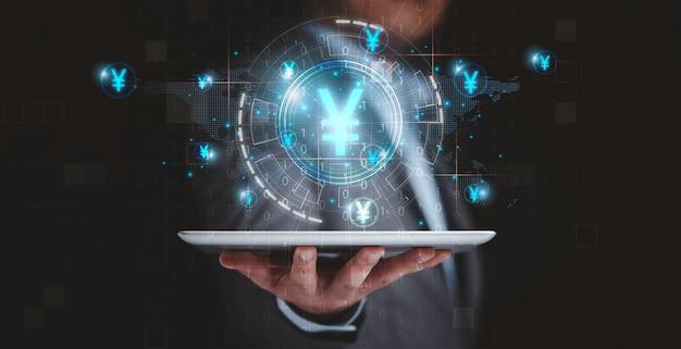 가상 인포그래픽 기술과 위안화 기호, 디지털 위안화 개념으로 태블릿을 들고 있는 사업가입니다.
