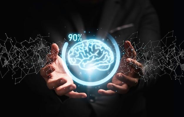 창의적인 사고 솔루션과 스마트 문제 해결 개념을 위한 아이콘 진행률을 다운로드하여 가상 두뇌를 들고 있는 사업가입니다.