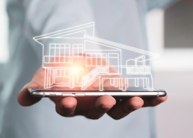 Бизнесмен, держащий виртуальный дом на смартфоне