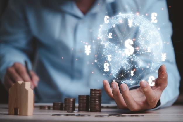 Бизнесмен, держащий виртуальный мир с линиями связи и валютой для концепции глобального обмена денег.