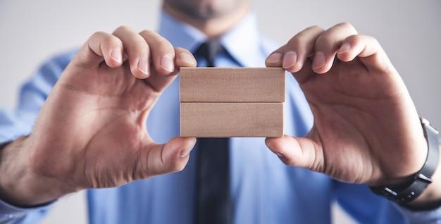 Бизнесмен, холдинг деревянные пустые блоки.