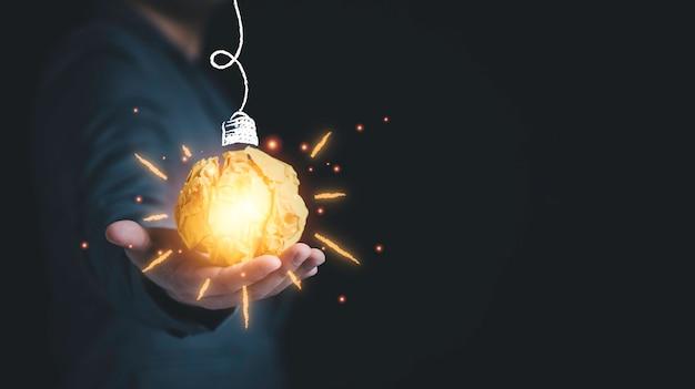 가상 전구에 대한 일러스트레이션 페인팅이 있는 노란색 스크랩 종이 공을 들고 있는 사업가입니다. 창의적 사고 아이디어와 혁신 개념입니다.