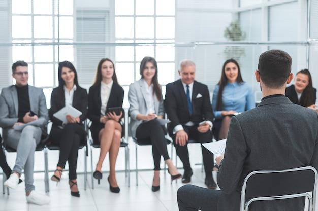 Бизнесмен проводит рабочую встречу с бизнес-командой. бизнес и образование