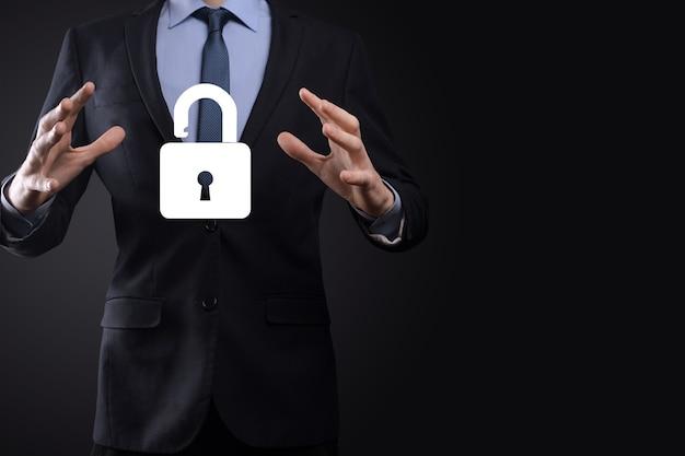 Бизнесмен держит значок открытого замка на ладони. разблокировка виртуального замка. бизнес-концепция и технологическая метафора для кибератак, компьютерных преступлений, информационной безопасности и шифрования данных.